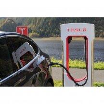 Kodėl žmonėms taip patinka Tesla elektromobiliai?